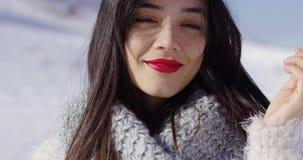 Χαμογελώντας γυναίκα στην καλύπτρα φιλμ μικρού μήκους