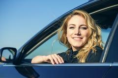 Χαμογελώντας γυναίκα στο αυτοκίνητο μια θερινή ημέρα Στοκ Εικόνα