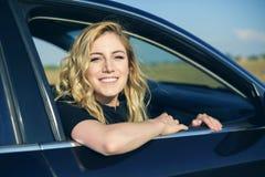 Χαμογελώντας γυναίκα στο αυτοκίνητο μια θερινή ημέρα Στοκ φωτογραφία με δικαίωμα ελεύθερης χρήσης