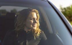 Χαμογελώντας γυναίκα στο αυτοκίνητο μια θερινή ημέρα Στοκ Φωτογραφίες