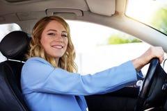 Χαμογελώντας γυναίκα στο αυτοκίνητο μια θερινή ημέρα Στοκ εικόνα με δικαίωμα ελεύθερης χρήσης