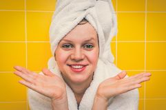 Χαμογελώντας γυναίκα στο μπουρνούζι με την πετσέτα στο κεφάλι της στοκ εικόνα
