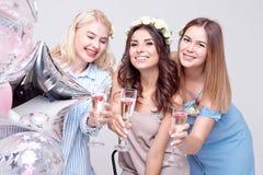 Χαμογελώντας γυναίκα τρία που έχει τη διασκέδαση στο κόμμα στοκ εικόνες