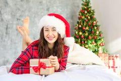 Χαμογελώντας γυναίκα beautifu που φορά τις πυτζάμες στο πρωί Χριστουγέννων στοκ φωτογραφία με δικαίωμα ελεύθερης χρήσης