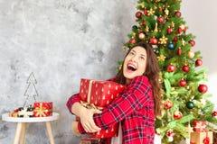 Χαμογελώντας γυναίκα beautifu που φορά τις πυτζάμες στο πρωί Χριστουγέννων στοκ εικόνα με δικαίωμα ελεύθερης χρήσης