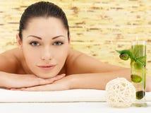 Χαμογελώντας γυναίκα beauty spa στο σαλόνι Στοκ εικόνες με δικαίωμα ελεύθερης χρήσης