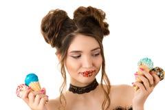 Χαμογελώντας γυναίκα brunette με το ζωηρόχρωμο makeup στα χείλια με το παγωτό Στοκ φωτογραφία με δικαίωμα ελεύθερης χρήσης