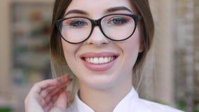 Χαμογελώντας γυναίκα Eyeglasses στην οπτική κινηματογράφηση σε πρώτο πλάνο καταστημάτων απόθεμα βίντεο
