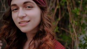 Χαμογελώντας γυναίκα Flirty που παίζει μοντέρνο καθιερώνοντα τη μόδα τρίχας απόθεμα βίντεο
