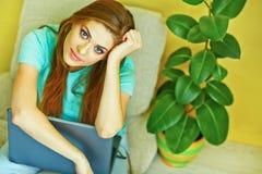 χαμογελώντας γυναίκα lap-top Εσωτερικό πορτρέτο της νέας γυναίκας Στοκ Εικόνα