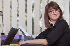 χαμογελώντας γυναίκα lap-top στοκ εικόνες με δικαίωμα ελεύθερης χρήσης