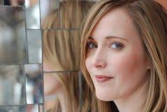 χαμογελώντας γυναίκα relection &k Στοκ Φωτογραφία