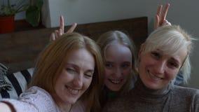 Χαμογελώντας γυναίκες και παιδί που παίρνουν selfie στο έξυπνο τηλέφωνο απόθεμα βίντεο