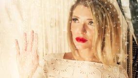 Χαμογελώντας ελκυστικές γυναίκες στη διακόσμηση Χριστουγέννων φιλμ μικρού μήκους