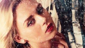Χαμογελώντας ελκυστικές γυναίκες στη διακόσμηση Χριστουγέννων απόθεμα βίντεο