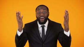 Χαμογελώντας επιχειρηματίας αφροαμερικάνων ευχαριστημένος από την προσοδοφόρα πρόταση, πώληση απόθεμα βίντεο