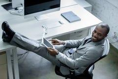 χαμογελώντας επιχειρηματίας αφροαμερικάνων με την ταμπλέτα στον εργασιακό χώρο στοκ φωτογραφία με δικαίωμα ελεύθερης χρήσης