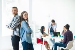 Χαμογελώντας επιχειρηματίας και επιχειρηματίας μαύρη ζωηρόχρωμη εργασία ομάδων κουκλών έννοιας ανασκόπησης Στοκ εικόνες με δικαίωμα ελεύθερης χρήσης