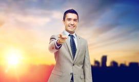 Χαμογελώντας επιχειρηματίας που δείχνει σε σας πέρα από την πόλη Στοκ εικόνες με δικαίωμα ελεύθερης χρήσης
