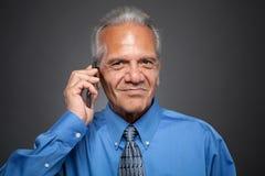 Χαμογελώντας επιχειρηματίας που μιλά στο τηλέφωνο Στοκ φωτογραφία με δικαίωμα ελεύθερης χρήσης