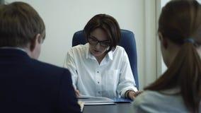 Χαμογελώντας επιχειρηματίας που συζητά το πρόγραμμα με τους συνεργάτες της Συνεδρίαση της ομάδας απόθεμα βίντεο