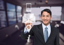 χαμογελώντας επιχειρηματίας που χρησιμοποιεί τη διεπαφή εικονιδίων επαφών Στοκ φωτογραφία με δικαίωμα ελεύθερης χρήσης
