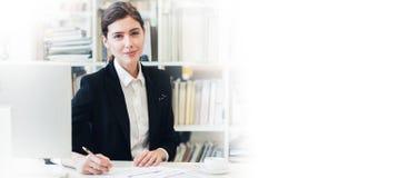 Χαμογελώντας επιχειρηματίας στο γραφείο Στοκ Φωτογραφία