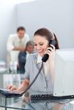 Χαμογελώντας επιχειρηματίας στο τηλέφωνο στο γραφείο της Στοκ φωτογραφία με δικαίωμα ελεύθερης χρήσης