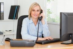 Χαμογελώντας επιχειρηματίας στο τηλέφωνο Στοκ φωτογραφίες με δικαίωμα ελεύθερης χρήσης