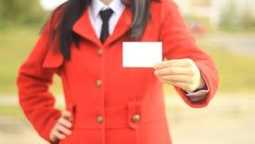 Χαμογελώντας επιχειρησιακή γυναίκα που δίνει ένα κενό στοκ φωτογραφία