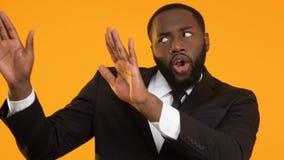 Χαμογελώντας επιχειρησιακό άτομο αφροαμερικάνων που χορεύει, επιτυχές πρόγραμμα εορτασμού απόθεμα βίντεο