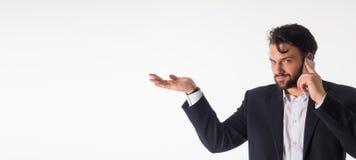 Χαμογελώντας επιχειρησιακό άτομο που παρουσιάζει ανοικτή παλάμη χεριών με το διάστημα αντιγράφων για το προϊόν απομονωμένος Στοκ Φωτογραφίες