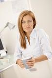 Χαμογελώντας εργαζόμενος γραφείων που έχει το τσάι στοκ φωτογραφία με δικαίωμα ελεύθερης χρήσης