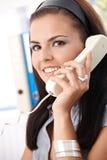 Χαμογελώντας εργαζόμενος γραφείων στο τηλέφωνο Στοκ Εικόνες