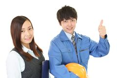 Χαμογελώντας εργαζόμενος με την επιχειρησιακή γυναίκα στοκ φωτογραφίες