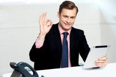 Χαμογελώντας εταιρικό αρσενικό που εμφανίζει εντάξει σημάδι Στοκ φωτογραφία με δικαίωμα ελεύθερης χρήσης