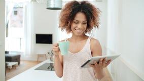 Χαμογελώντας ευτυχής αμερικανική γυναίκα afro που χρησιμοποιεί την ταμπλέτα PC στο σπίτι Στοκ εικόνα με δικαίωμα ελεύθερης χρήσης