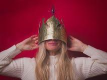 Χαμογελώντας ευτυχής γυναίκα στη χρυσή κορώνα εγγράφου Στοκ Εικόνες