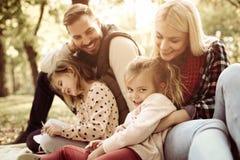 Χαμογελώντας ευτυχής οικογένεια στη φύση στοκ εικόνες