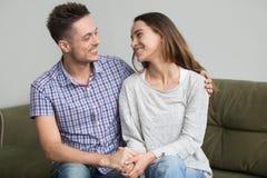 Χαμογελώντας ζεύγος που εξετάζει το ένα που συμφιλιώνεται το άλλο μετά από τη φιλονικία Στοκ φωτογραφία με δικαίωμα ελεύθερης χρήσης