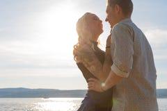 Χαμογελώντας ζεύγος στο ρομαντικό εναγκαλισμό στην παραλία στο καλοκαίρι στοκ εικόνες
