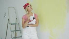 Χαμογελώντας ζωγράφος γυναικών που στέκεται με το ποτό απόθεμα βίντεο