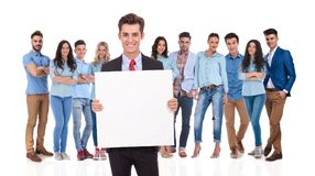 Χαμογελώντας ηγέτης επιχειρηματιών που κρατά έναν κενό πίνακα στο μέτωπο Στοκ Φωτογραφία