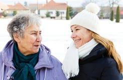 Χαμογελώντας ηλικιωμένη γυναίκα και νέο caregiver στοκ φωτογραφίες