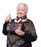Χαμογελώντας ηλικιωμένη γυναίκα με την κασετίνα Στοκ Φωτογραφίες