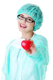 Χαμογελώντας θηλυκή καρδιά εκμετάλλευσης γιατρών ή νοσοκόμων Στοκ Εικόνες