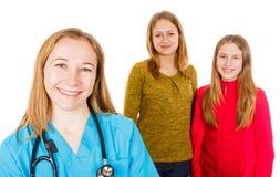 Χαμογελώντας θηλυκός γιατρός και νέες αδελφές στοκ εικόνες με δικαίωμα ελεύθερης χρήσης