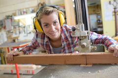 Χαμογελώντας θηλυκός ξυλουργός στο εργαστήριο Στοκ Φωτογραφίες