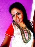 Χαμογελώντας ινδική γυναίκα παράδοσης στοκ εικόνες