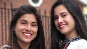 Χαμογελώντας ισπανικά κορίτσια εφήβων του Λατίνα φιλμ μικρού μήκους